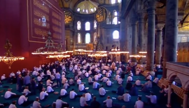 Suasana di Dalam dan di Luar Hagia Sophia Jelang Salat Jumat Perdana (125014)