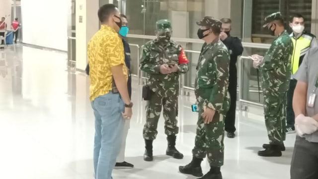 TNI Kawal Ketat 93 WNI di Bandara Juanda yang Baru Datang dari Luar Negeri (3959)