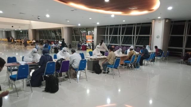 TNI Kawal Ketat 93 WNI di Bandara Juanda yang Baru Datang dari Luar Negeri (3958)