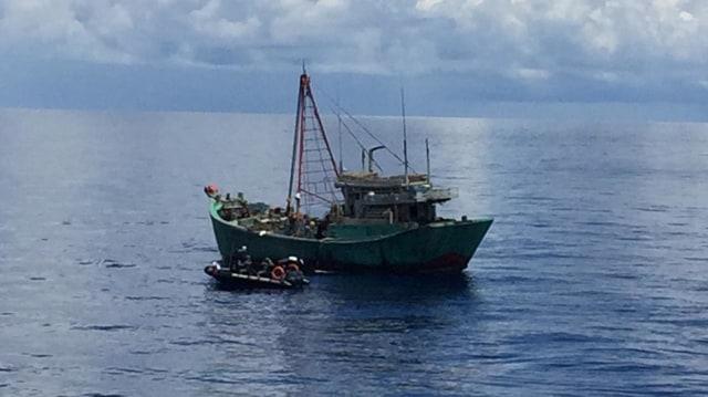Aksi Heroik Kapal Bakamla RI, Sergap Kapal Ikan Ilegal Vietnam di Natuna (1)