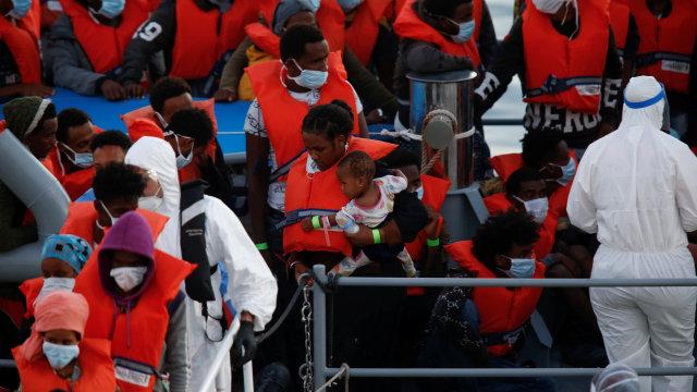 Tentara Malta Selamatkan 95 Imigran dari Kapal yang Tenggelam (93807)