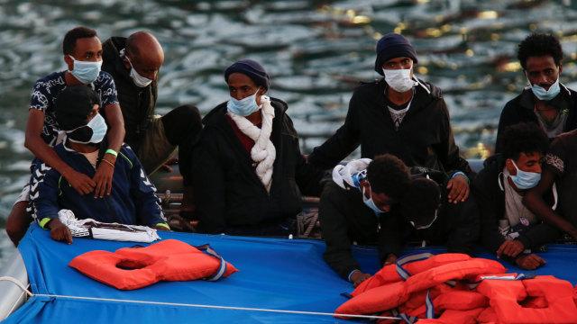 Tentara Malta Selamatkan 95 Imigran dari Kapal yang Tenggelam (93806)
