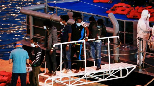 Tentara Malta Selamatkan 95 Imigran dari Kapal yang Tenggelam (93805)