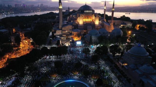 Muslim Turki Berbondong-bondong Salat Subuh di Masjid Hagia Sophia (64775)