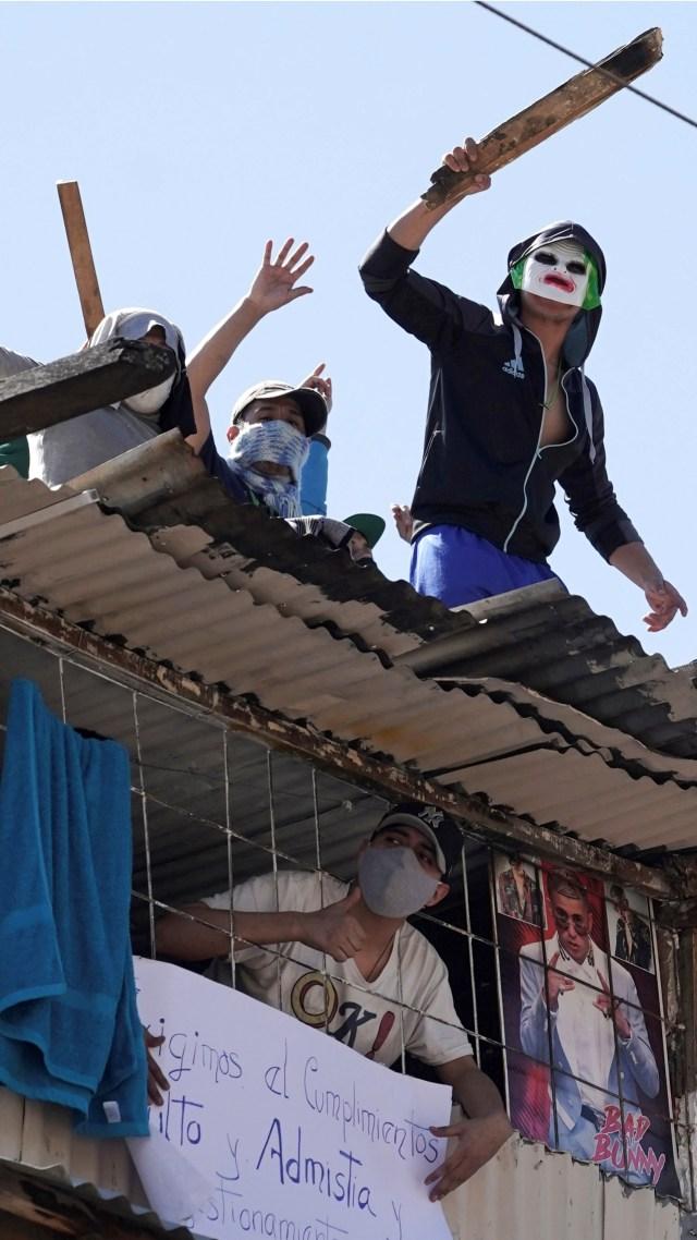 Foto: Aksi Protes Narapidana dari Atap Penjara di Bolivia (56771)