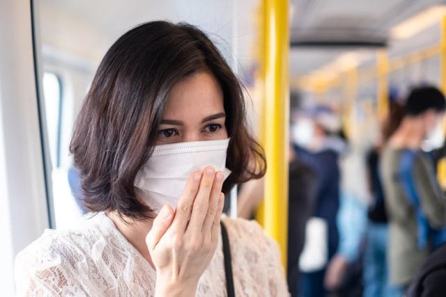 Bau Mulut saat Pakai Masker? Ini 5 Cara Mudah Mengatasinya (35215)