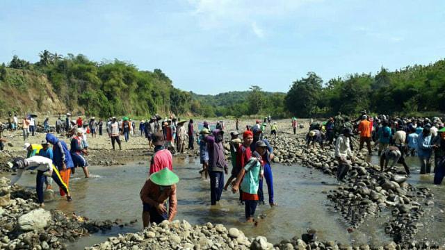 Antisipasi Kekeringan, Warga Bendung Sungai Cisanggarung di Kuningan, Jabar (832088)