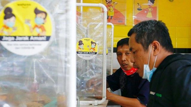 Foto: Pembatas Plastik, Cara Warung Makan di Jakarta Terapkan Jaga Jarak (150349)