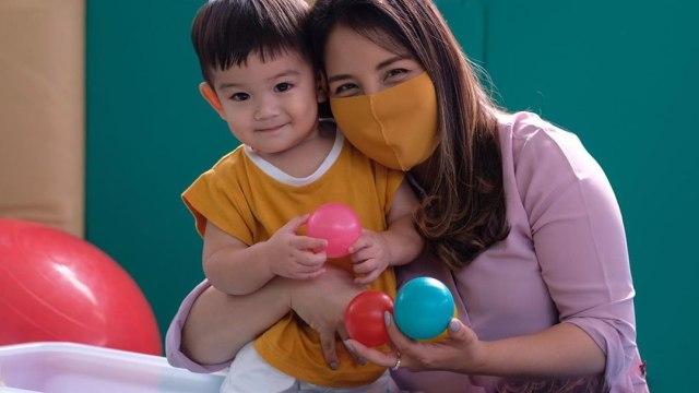 Cara Tya Ariestya Kenalkan Warna pada Anak Batitanya (28210)