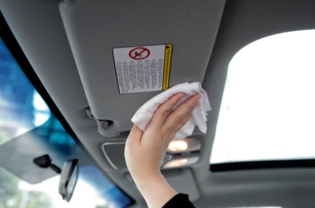 Cara Mudah Hilangkan Noda Menguning di Plafon Mobil  (93485)