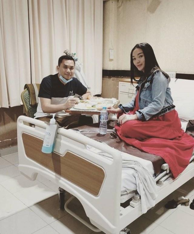 Momen Romantis Sirajuddin Mahmud Temani dan Suapi Zaskia Gotik yang Sakit (209962)