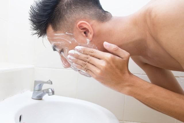 Jangan Dipencet, Ini 5 Cara Mengatasi Komedo pada Pria (5270)