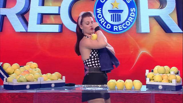 Ini Dia Perempuan Perkasa yang Mampu Pecahkan Apel dengan Otot Lengan (583385)