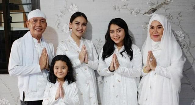 Alasan Ayu Ting Ting Selalu Siapkan Baju Khusus untuk Keluarga saat Lebaran (216683)