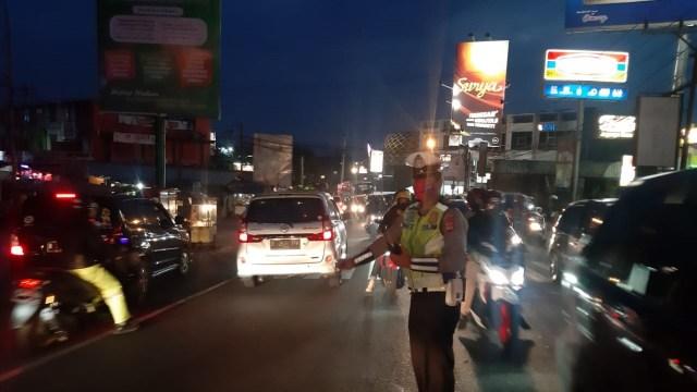 Polisi Terapkan One Way, Jalur Puncak dari Jakarta Ditutup (221456)