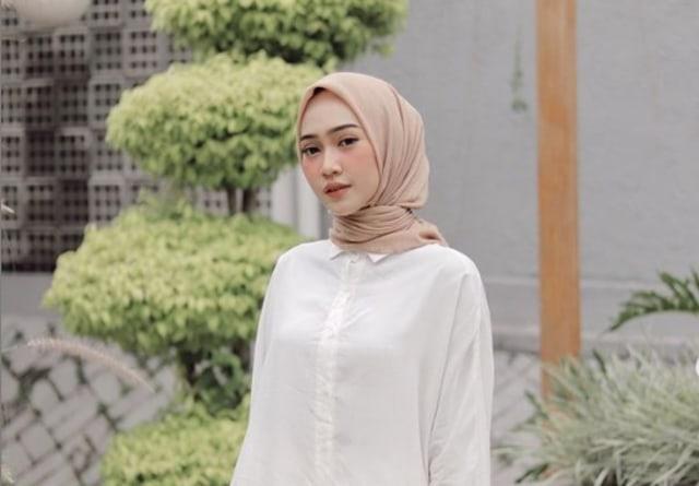 7 Inspirasi Mix and Match Putih ala Selebgram Sinta Sri Antan (627319)