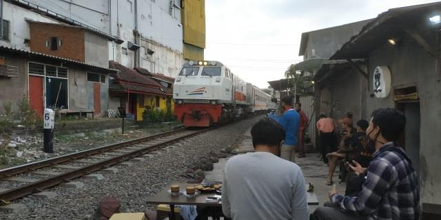 Ngopi di Pinggir Rel, Bonus Sensasi Kereta Lewat (580377)