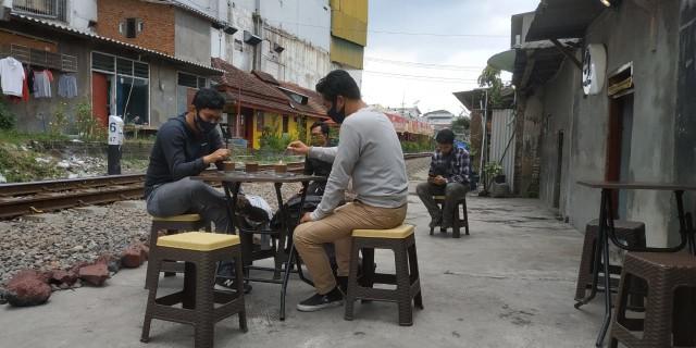 Ngopi di Pinggir Rel, Bonus Sensasi Kereta Lewat (580378)