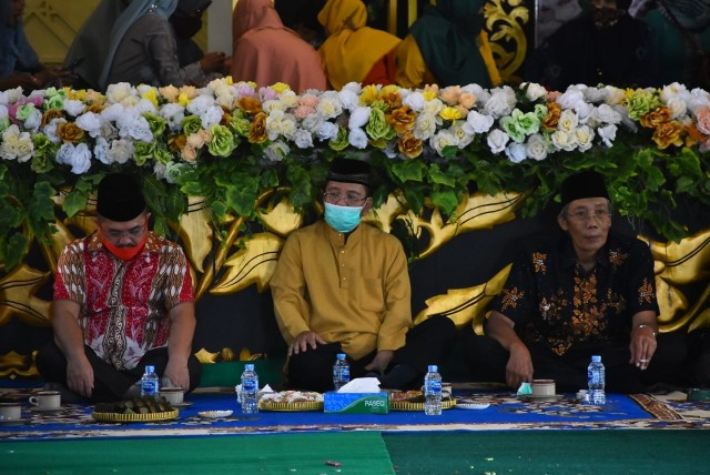 Melihat Prosesi Adat Gunting Rambut Masyarakat Melayu di Sintang, Kalbar (141128)