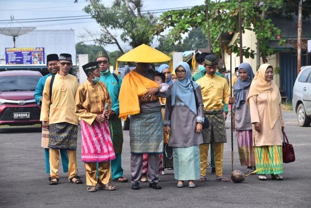 Melihat Prosesi Adat Gunting Rambut Masyarakat Melayu di Sintang, Kalbar (141130)