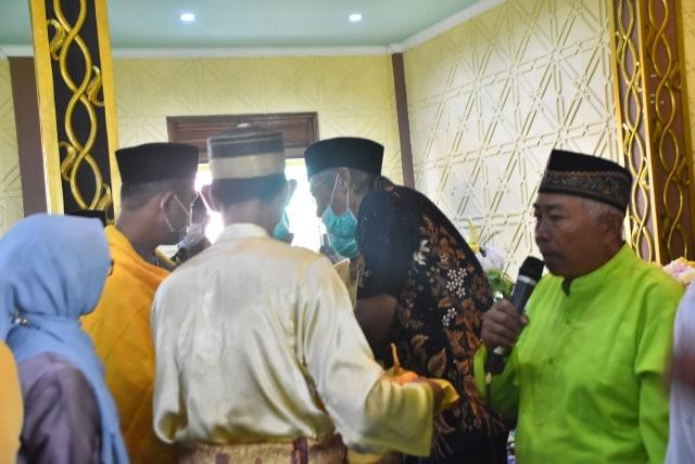Melihat Prosesi Adat Gunting Rambut Masyarakat Melayu di Sintang, Kalbar (141131)