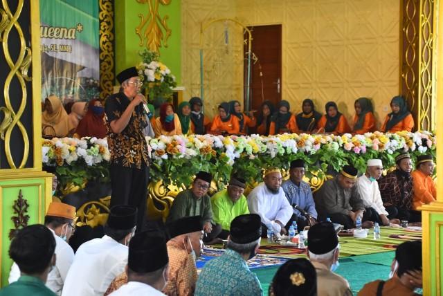 Melihat Prosesi Adat Gunting Rambut Masyarakat Melayu di Sintang, Kalbar (141132)