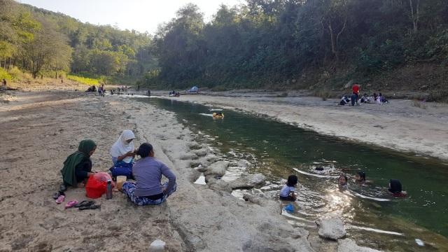 Sungai Oya yang Kering Jadi Objek Wisata Dadakan (1218734)