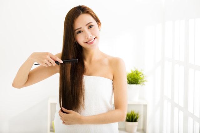 5 Cara Merawat Rambut Panjang Agar Tidak Mudah Patah Rontok Kumparan Com
