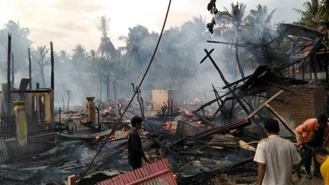 Kebakaran Hanguskan 7 Rumah dan 1 Gardu Bengkel Motor di Polman, Sulbar (1211639)