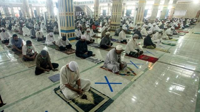 Entah Lupa atau Ngantuk, Jemaah Masih Kenakan Helm saat Tunaikan Salat Idul Adha (79150)