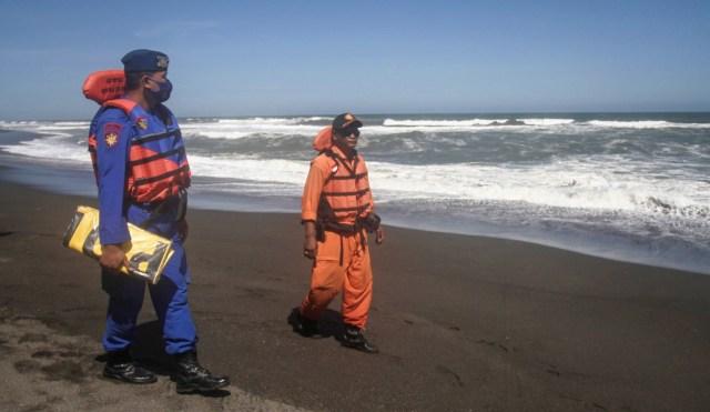 Pencarian Wisatawan Hanyut di Pantai Goa Cemara Bantul Gunakan Drone (281052)