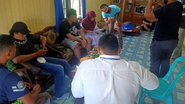 Foto: Penampakan 'Gilang Bungkus' Kain Jarik Saat Ditangkap Polisi di Kapuas (31650)