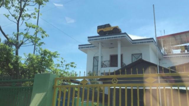 Anti-maling, Motor hingga Mobil Diparkir di Atap Rumah Ini Bikin Netizen Mikir (1)