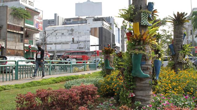 Foto: Taman di Kota Tua Dihiasi Pot Bunga dari Sepatu Boots Warna-warni (84547)