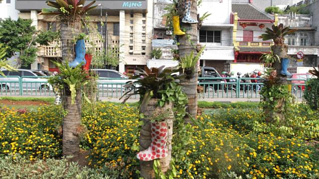 Foto: Taman di Kota Tua Dihiasi Pot Bunga dari Sepatu Boots Warna-warni (84548)