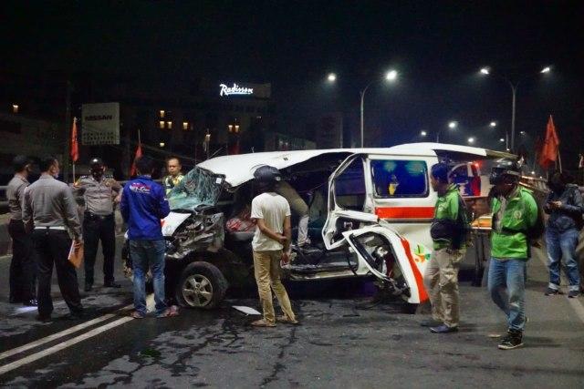 Mobil Ambulans Alami Kecelakaan Tunggal di Fly Over MBK, Kendaraan Rusak Parah  (346493)