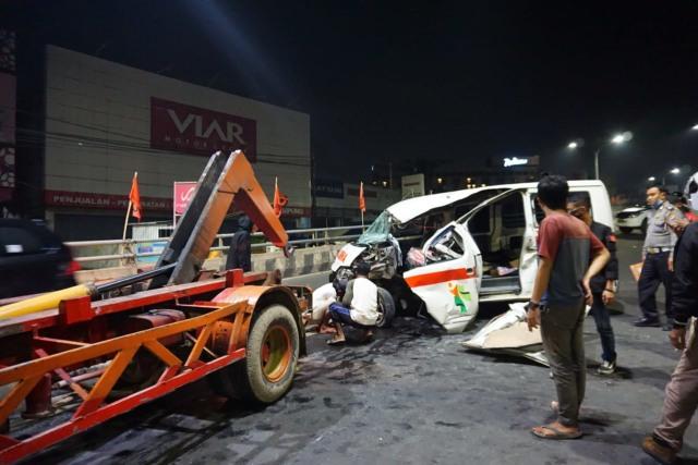 Mobil Ambulans Alami Kecelakaan Tunggal di Fly Over MBK, Kendaraan Rusak Parah  (346494)