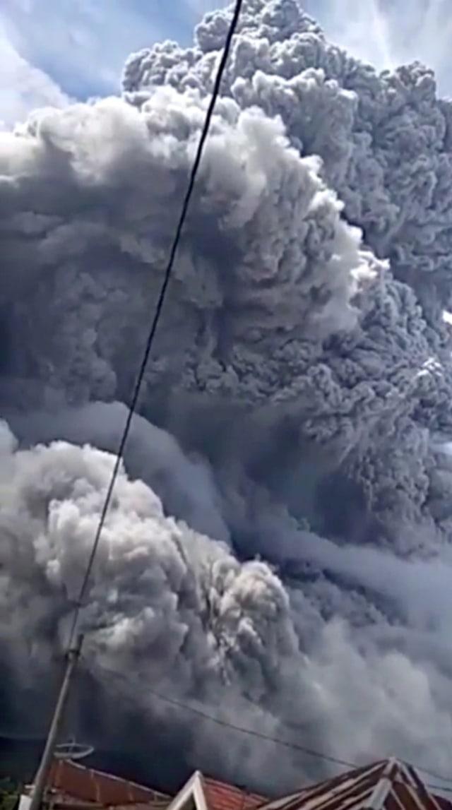 Edy Rahmayadi: Warga Sekitar Gunung Sinabung Patuhi Arahan, Erupsi Belum Selesai (6403)