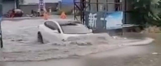 Tesla Model 3 Nyebur ke Genangan Air, Bukti Mobil Listrik Aman Terobos Banjir? (327666)