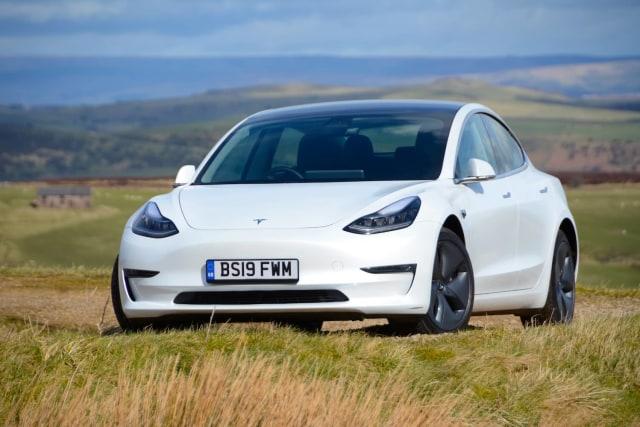 Tesla Model 3 Nyebur ke Genangan Air, Bukti Mobil Listrik Aman Terobos Banjir? (119055)