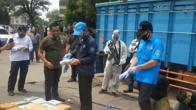 Foto: BNN Gagalkan Penyelundupan 410 Kg Ganja di Bekasi (155036)