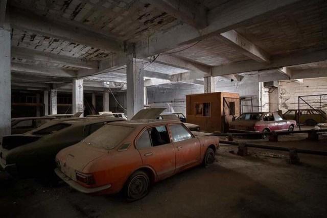 Selama 46 Tahun, Puluhan Mobil Baru Toyota Ini Tak Pernah Keluar Showroom (8499)