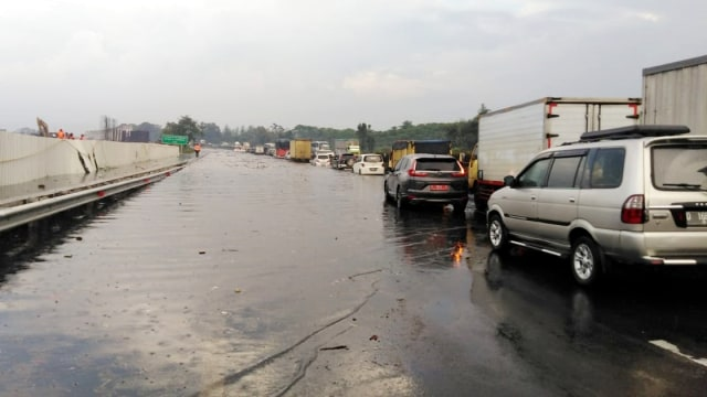 Proyek Kereta Cepat Bikin Tol Purbaleunyi KM 130 Banjir, Begini Penjelasan KCIC (14324)