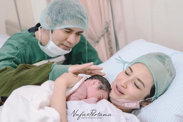 Menanti 4 Tahun, 5 Momen Chaca Thakya Istri Ricky Perdana Lahiran Anak Pertama (82914)