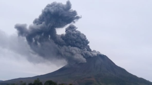 Gunung Sinabung Masih Keluarkan Abu Vulkanik, Tinggi Kolom Capai 400 Meter (195808)