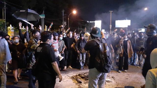 Tak Ada Korban Luka Saat Gesekan Massa Gejayan Memanggil dengan Warga (555478)