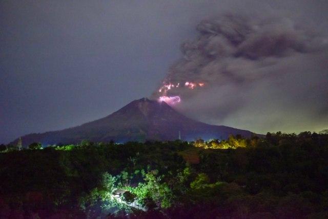 Gunung Sinabung Erupsi Lagi, Tinggi Kolom Abu Capai 2 Km (134985)