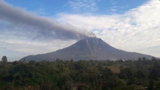 Gunung Sinabung Masih Keluarkan Abu Vulkanik, Tinggi Kolom Capai 400 Meter (29240)