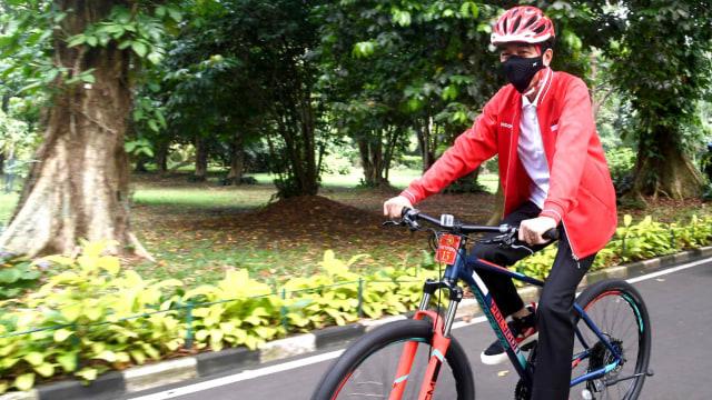 Gaya Jokowi Bersepeda dan Bagikan Masker di Kebun Raya Bogor Bersama Kaesang (82051)