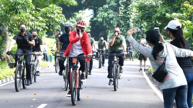 Gaya Jokowi Bersepeda dan Bagikan Masker di Kebun Raya Bogor Bersama Kaesang (82050)